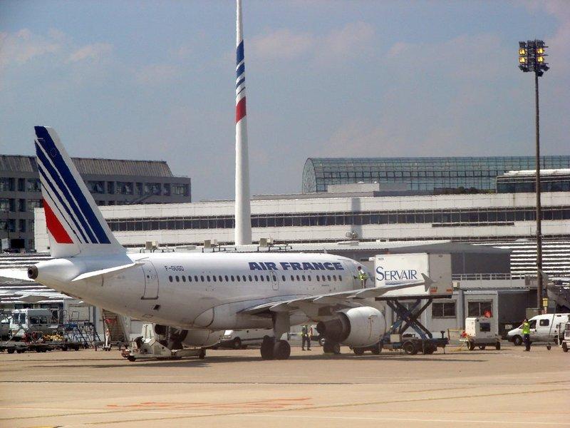aeroport-sharlya-de-gollya.jpg
