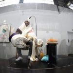 Эксцентричный художник высиживает яйца в музее Парижа