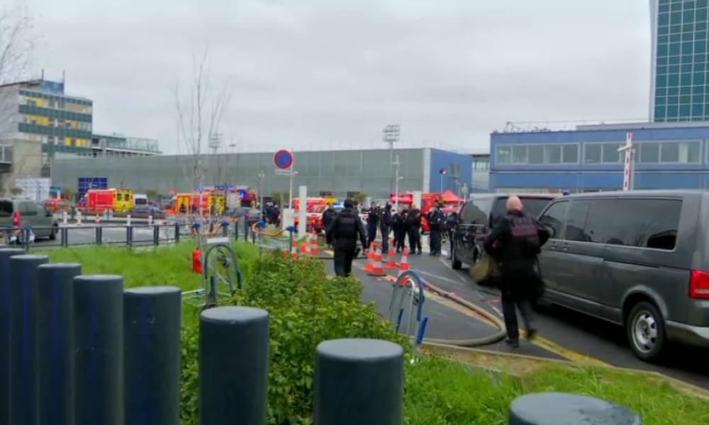 Неизвестный устроил стрельбу  впарижском аэропорту Орли