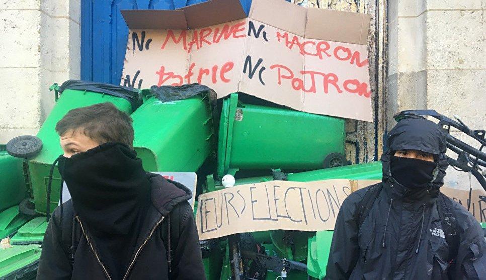 В Париже против школьников применили слезоточивый газ
