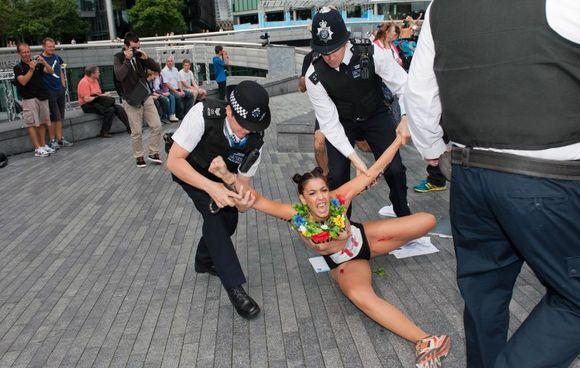 Femen пытались сорвать выступление Марин Ле Пен