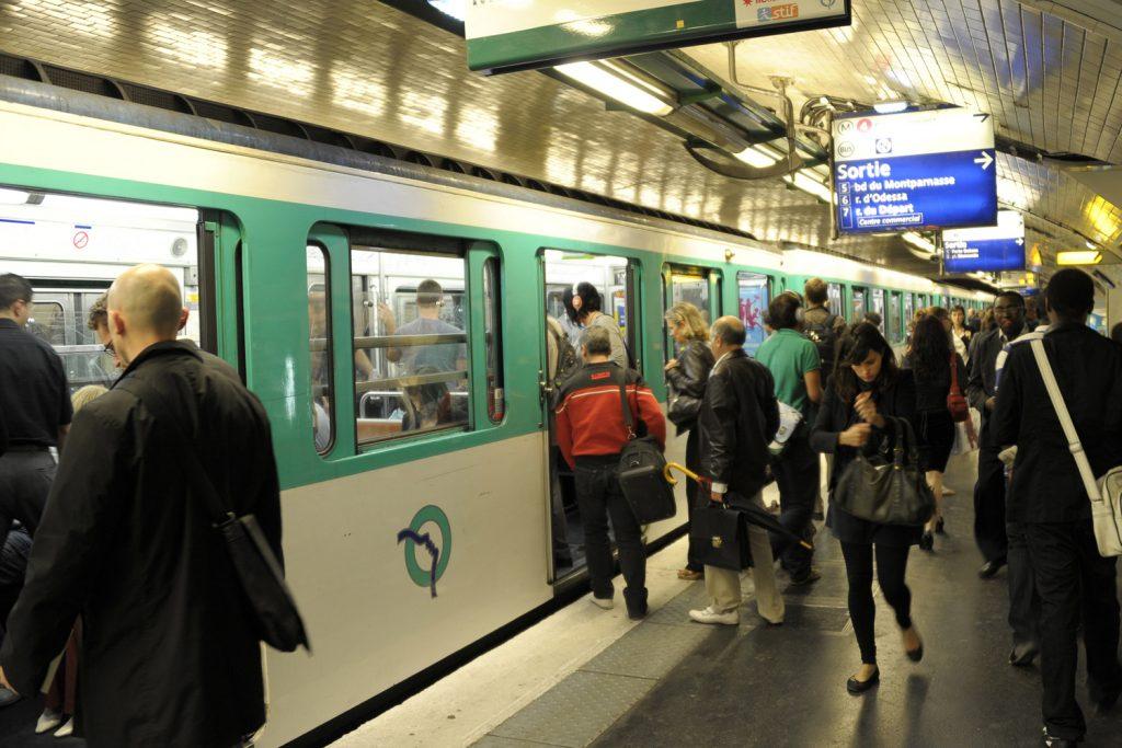 Полиция парижского метро получила право досмотра багажа