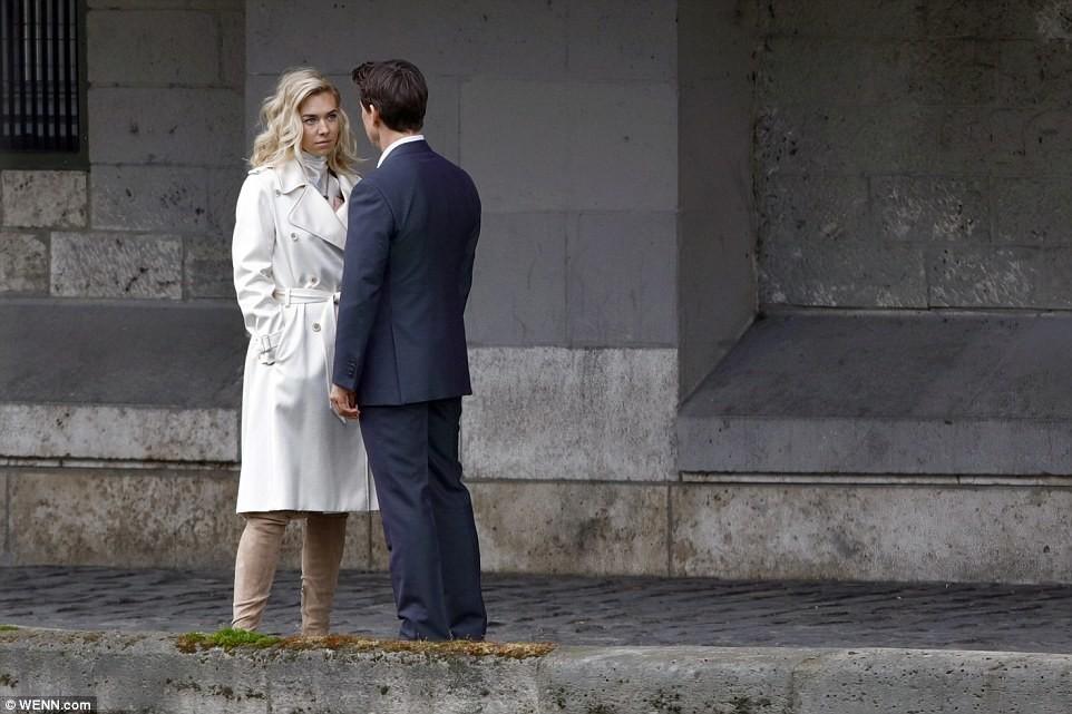 В Париже папарацци застали Тома Круза за поцелуями