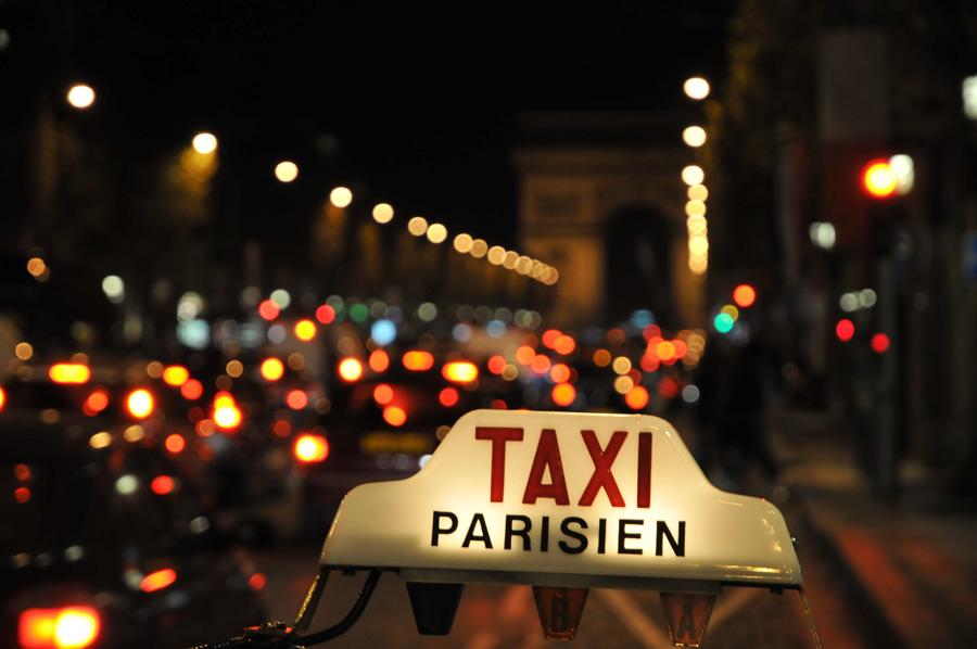 В Париже водители такси станут гидами