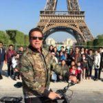 В Париже Шварценеггер влез в кадр и испортил фото туристам