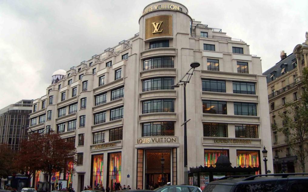 Переодетый в женщину налетчик ограбил бутик в Париже