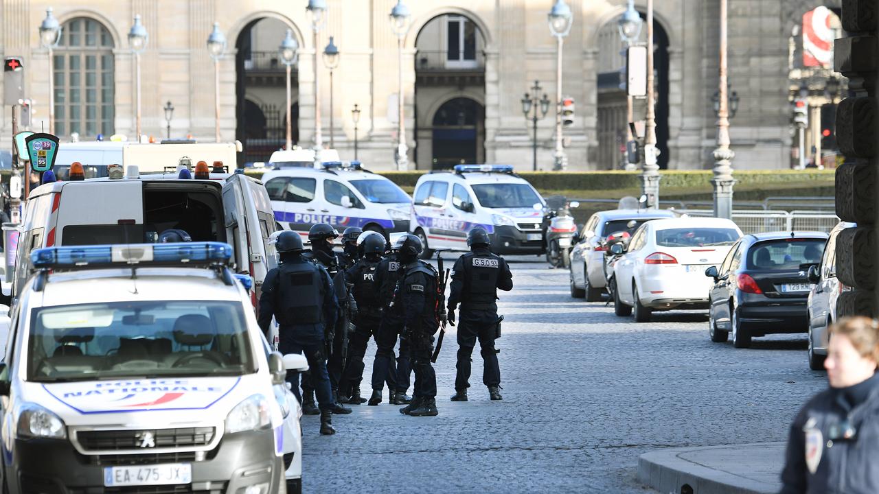 Людей эвакуируют с площади перед Лувром