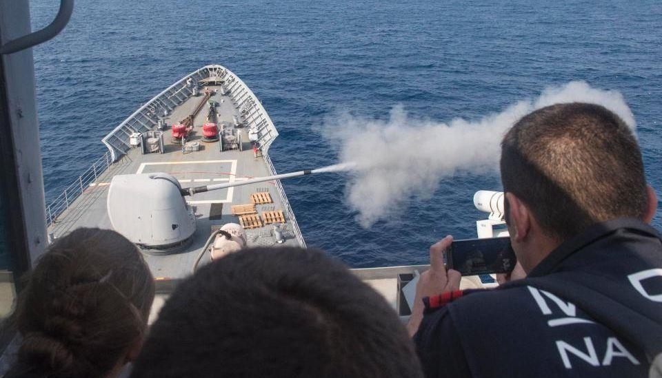 Французский десантный корабль сел на мель во время учений