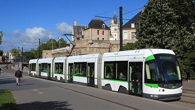 Во Франции водители трамваев надели на работу юбки (Видео)