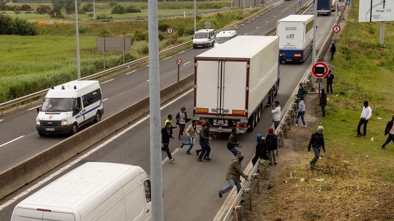 Во Франции погиб водитель из-за оставленных мигрантами заграждений