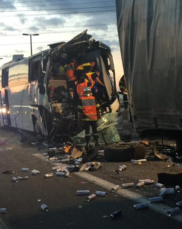 20 человек пострадали при столкновении автобуса и грузовика
