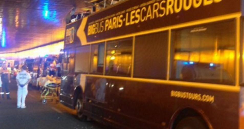 В Париже туристический автобус попал в ДТП