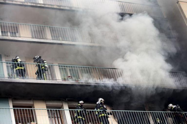 Из-за пожара эвакуировали около ста человек в пригороде Парижа