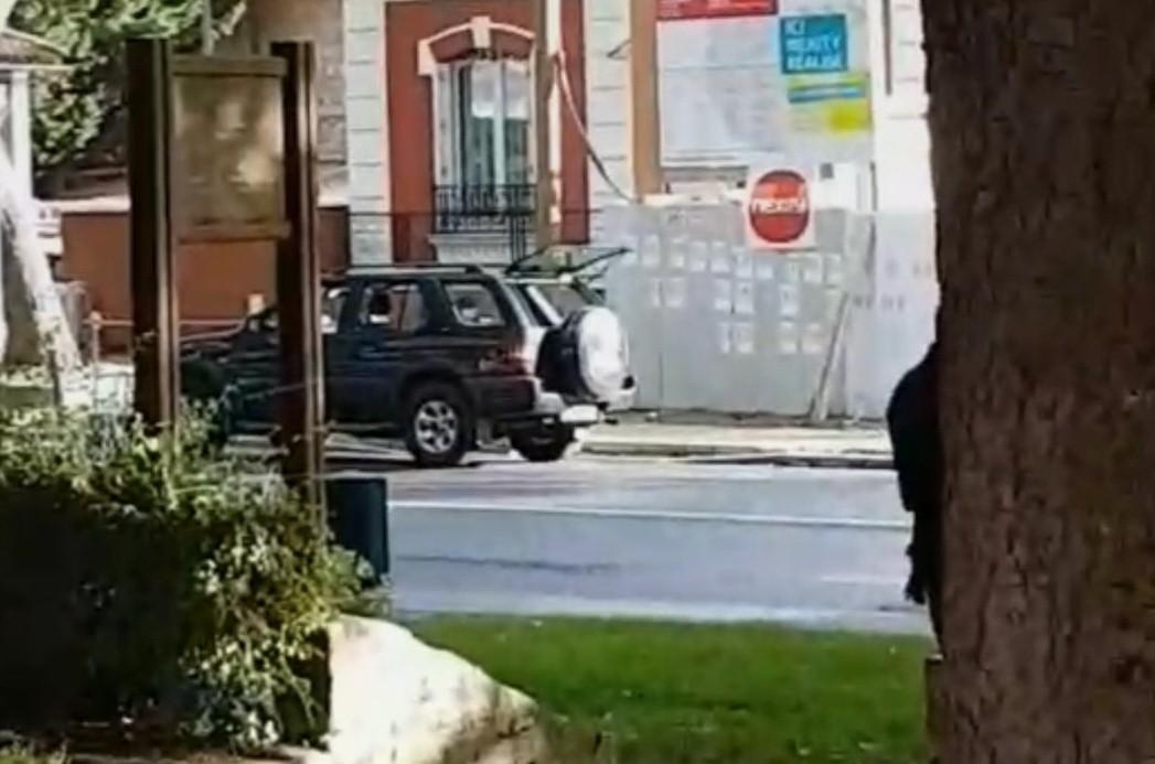 Автомобиль попытался въехать в толпу в пригороде Парижа