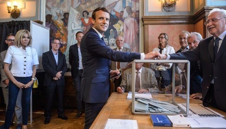 Партия Макрона одолела впервом туре выборов впарламент Франции