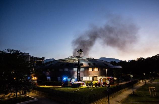 В Гренобле подожгли здание колледжа