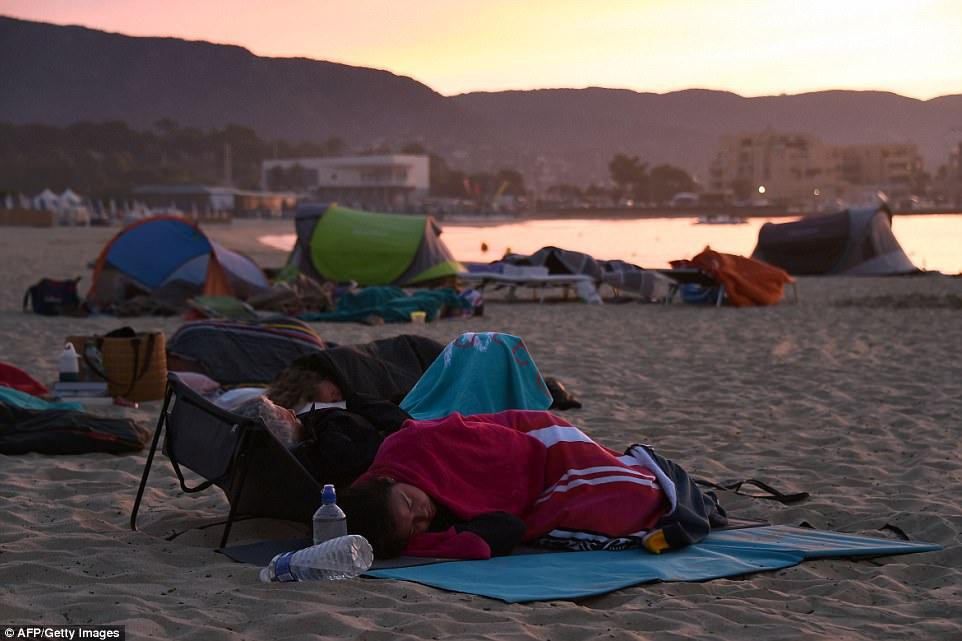 Туристы живут на пляже из-за чудовищных лесных пожаров