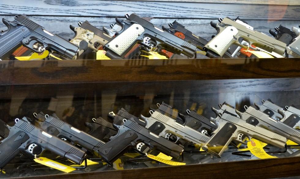 Лицензию на оружие во Франции имеют 100 потенциальных террористов