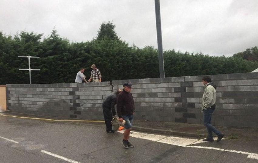 Спасаясь от мигрантов, на юге Франции возвели стену вокруг отеля