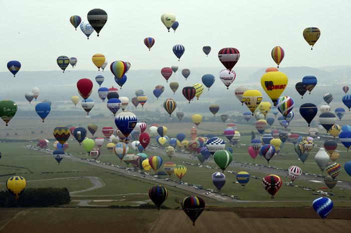 Во Франции 456 воздушных шаров поднялись в небо
