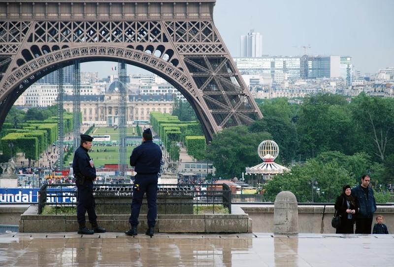 Торговец сувенирами избил полицейских в Париже