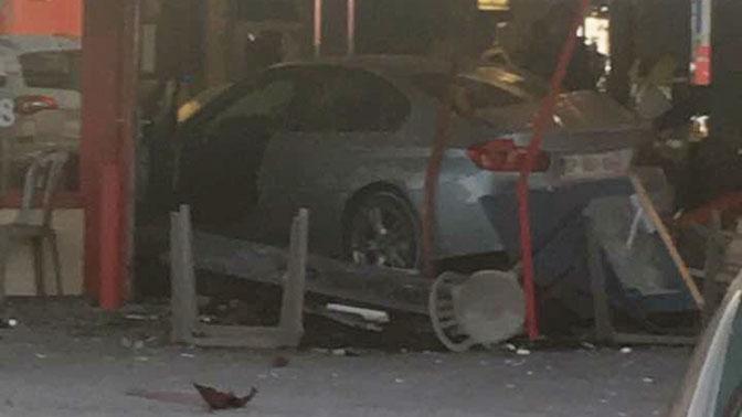 Во Франции автомобиль въехал в пиццерию, погиб ребенок