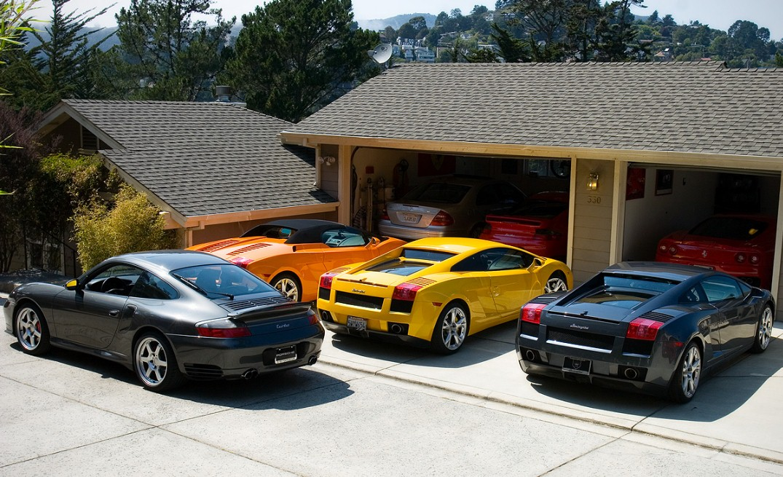 Картинка машины возле гаража среди
