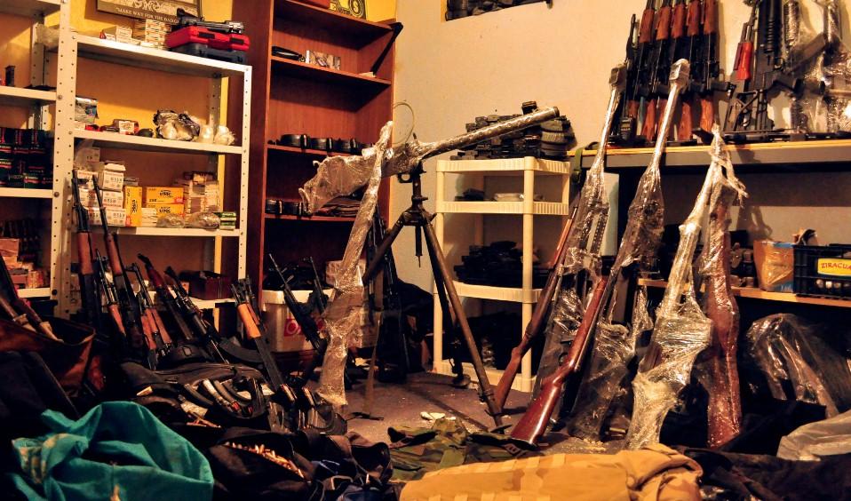 Полиция обнаружила большой склад оружия в пригороде Парижа