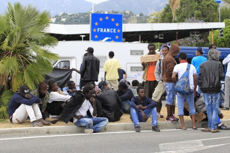 Во Франции беженцам предложат 2500 евро