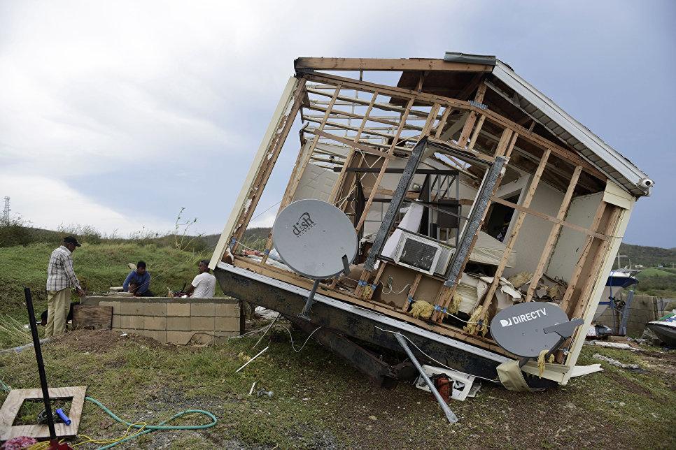 """Государственная страховая компания Франции сообщила, что подсчитаны предварительные финансовые убытки от урагана «Ирма» на заморских территориях. Первоначальный анализ показал, что для возмещения убытков понадобиться как минимум 1,2 миллиарда евро. В эту сумму входят компенсации за разрушенные дома, машины, яхты, а также всевозможные операционные издержки. Возмещать убытки от урагана «Ирма» будут исключительно тем гражданам, кто приобрёл страховку на случай природных катастроф. Остальным жителям островом Сен-Бартелеми и Сен-Мартен правительство окажет гуманитарную и социальную помощь. Однако восстанавливать своё имущество им предстоит самостоятельно. Напомним, что прошедший ураган """"Ирма"""" был одним из самых разрушительных за последние 10 лет. Его жертвами стали более 20 человек, порядка 1,2 миллиона остались без крыши над головой. Глава МЧС России связался со своим коллегой во Франции и предложил помощь по ликвидации последствий урагана. По его словам, при официальном обращении Франции он готов выделить требующееся число спасателей, а также предоставит гуманитарную помощь пострадавшим."""