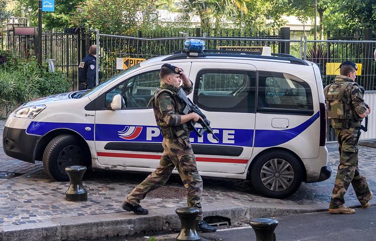 В Париже на военного напал вооружённый ножом мужчина