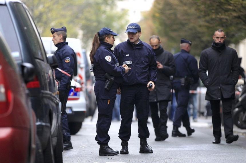 Агентство RT сообщило о том, что полиция выступает против правительства Франции. По словам представителя профсоюза полицейских, они крайне недовольны своими условиями труда. Также они опасаются ухудшения ситуации, которая может произойти по вине президента Франции. Эммануэль Макрон сокращает объём государственных расходов на полицию, а при этом сохраняется режим ЧП. Плюс к этому полицейские заявляют, что власти совершенно не предпринимают усилий чтоб защитить самих полицейских, чьих жизням угрожает опасность ежедневно. Полиция выступает с протестами и пытается привлечь к себе внимание властей. Для этого они проводят конкурс фотографий. Основная цель, которого показать в каких ужасающих условиях им приходиться работать. Снимки с огромными тараканами в помещении участков, здания которые никто не ремонтировал десятилетиями лишь единицы из того что есть на конкурсе. Недовольство сотрудников усугубляется ещё и тем, что число терактов в Европе с каждым днём становиться больше. При этом у них крайне урезанные возможности, так как нет квот на приобретение оборудование и нет денег для найма дополнительных сотрудников.