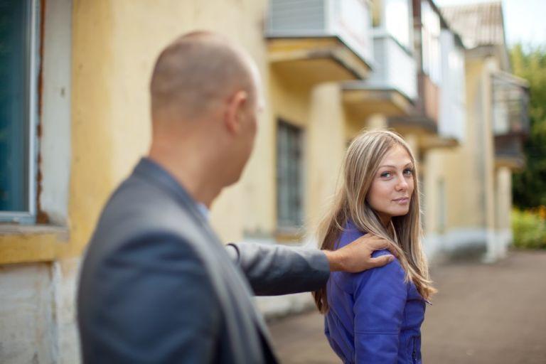 Французам запретят выпрашивать у женщин номера телефонов