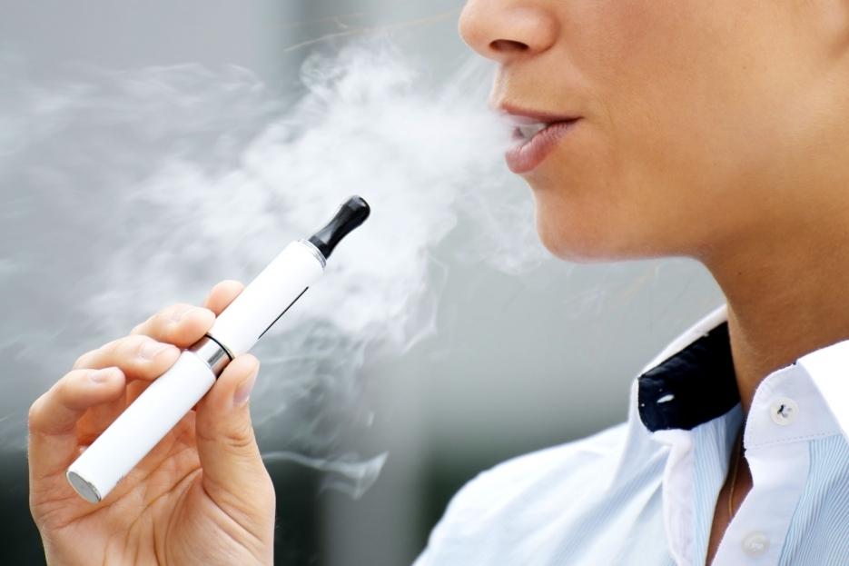 Во Франции запретили в общественных местах курить электронные сигареты