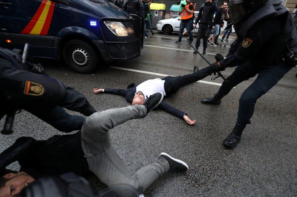 Во Франции прошел митинг против полицейского насилия в Каталонии