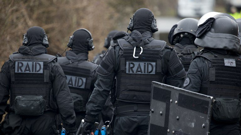 Французский спецназ ошибся дверью и испугал жильцов