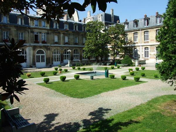 Во Франции оштрафовал преподавателя лицея на 1500 евро