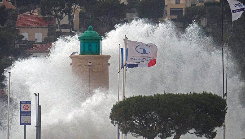 """Оранжевый уровень опасности из-за шторма """"Ана"""" объявлен во Франции"""