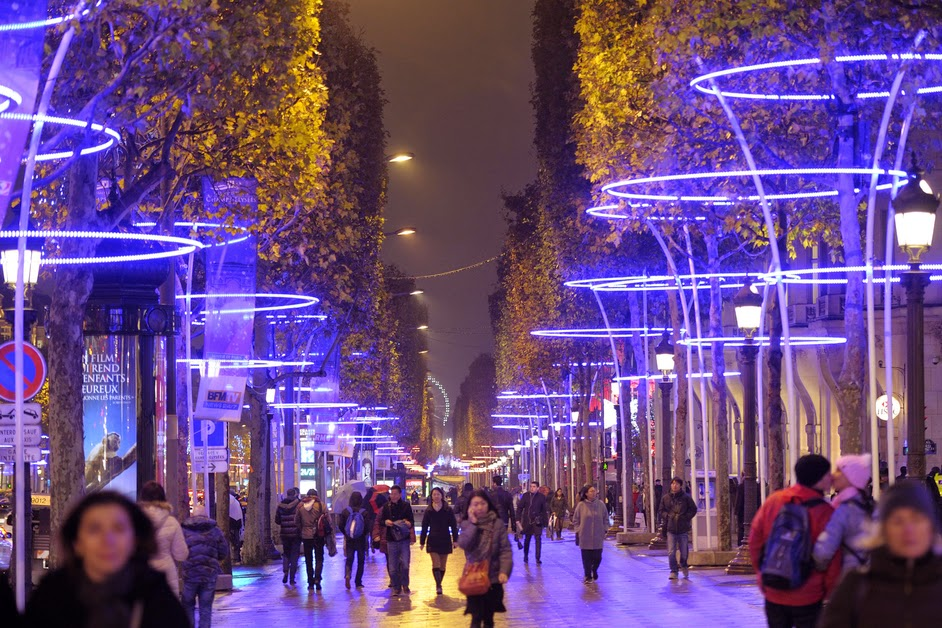 В Париже иллюминацией теперь может управлять любой желающий