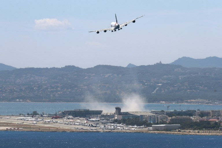 Пассажирский самолет срочно вернулся в аэропорт Ниццы