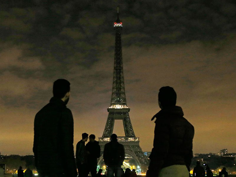Франция осуждает теракт в Кабуле и погасила огни