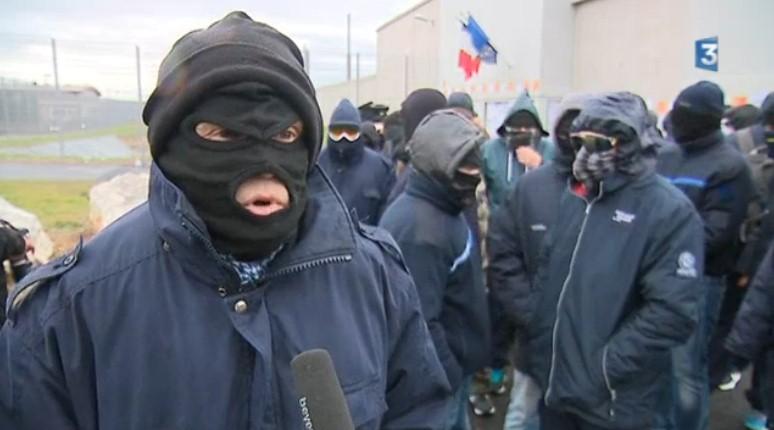 В Безье лодкой заблокировали исправительный центр