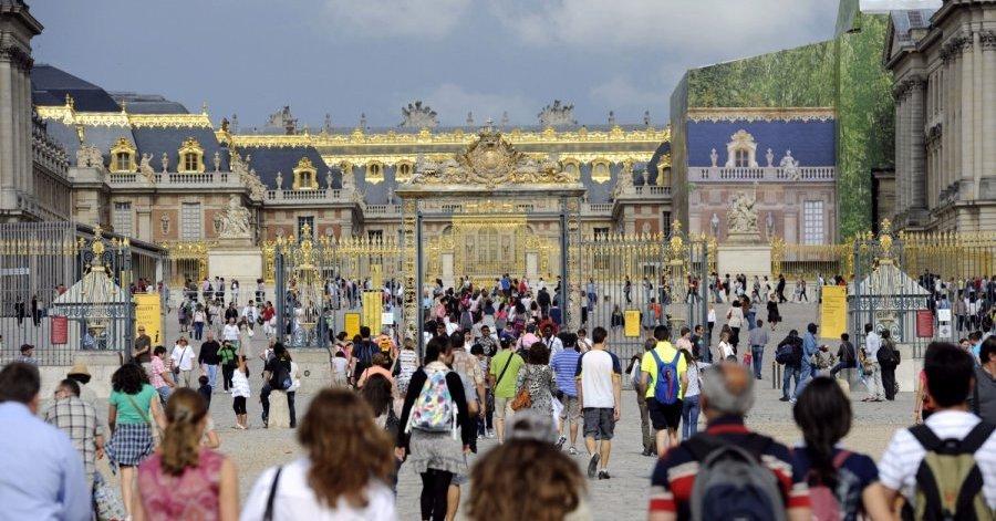 Издание The Connection, со ссылкой на данные ООН, сообщало о том, что Франция по итогам 2017 года является мировым лидером по количеству посетивших её туристов. Всего за год в стране побывало более 89 миллионов путешественников со всего мира. Ближайшим соперником Франции в этом году стала Испания, которой в рейтинге удалось обогнать своего постоянного конкурента США. Испанию посетило 82,3 миллиона туристов, точных данных по США ещё нет. Однако министерство туризма США в конце прошлого года заявила, что рынок туристических услуг (аренда отелей, автомобилей, экскурсии и т.п.) в среднем просел на 5 процентов. Напомним, что Франция поставила перед собой задачу добиться увеличения числа туристов до 100 миллионов к 2020 году. По мнению аналитиков, после терактов в 2015 году на туристическом рынке Франции был замечен спад. Однако длился от не долго. Подъём начался уже в 4 квартале 2016 года. В начале 2017 года количество туристов практически сравнялось с количеством 2014 года за тот же период.  Заметим, что по данным ОНН в 2017 году люди стали путешествовать на 7% больше. Сильный рост был зафиксирован в Таиланде, России, Болгарии и Турции.