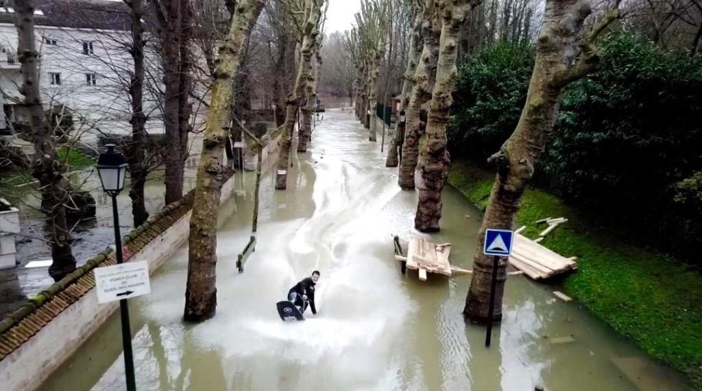 В затопленных пригородах Парижа катаются по улицам на вейкбордах (Видео)
