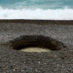 Таинственная воронка на пляже в Ницце