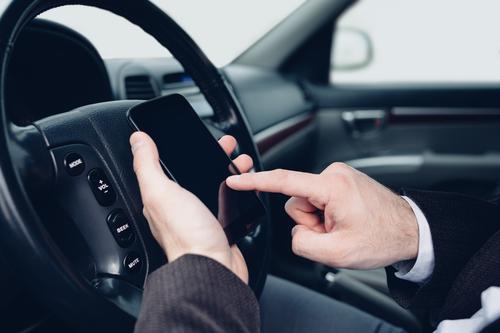 Водителям запрещено говорить по телефону даже в стоящей машине