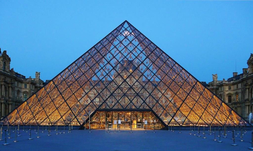 Louvre-pyramid-at-sunset.jpg