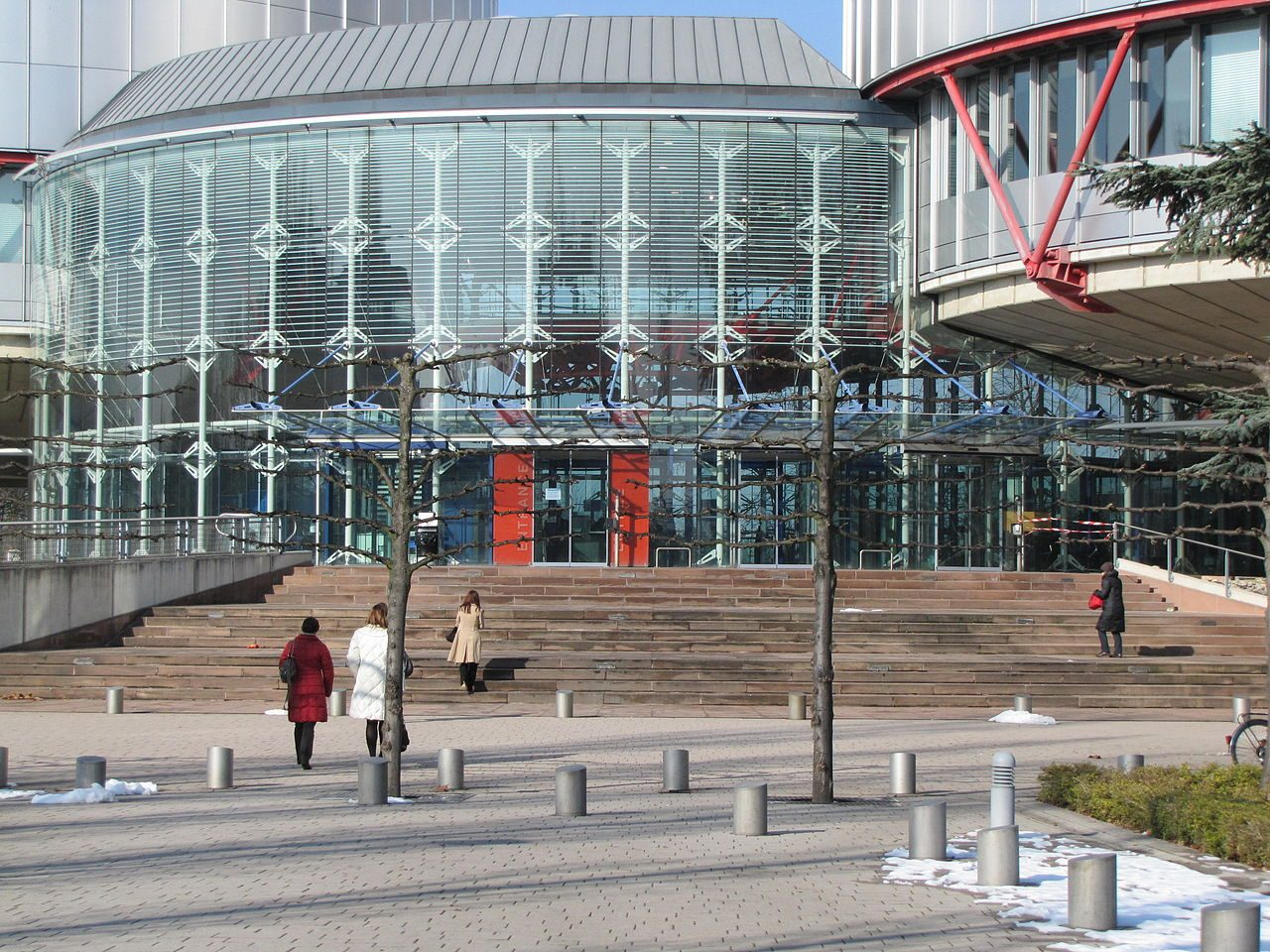 1280px-Strasbourg_EuropeDroitsHomme_n05-1280x960.jpg