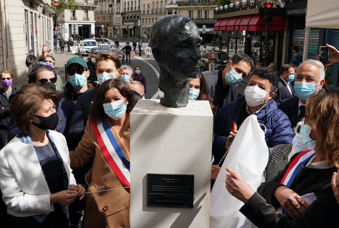 Aznavour-Bust-Paris.png